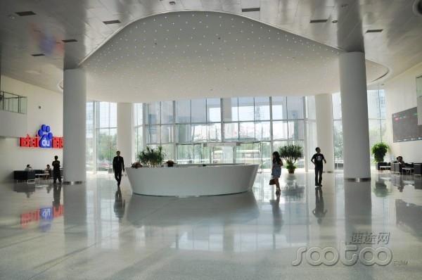 """百度宽阔大气的前台,屋顶""""熊掌""""状灯光设计和百度logo相契合"""